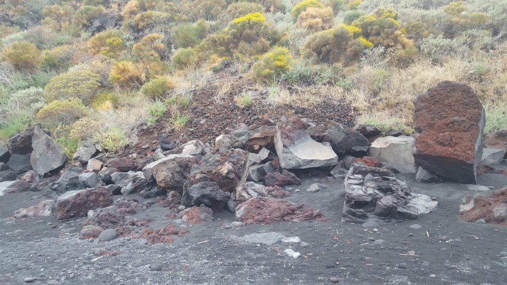 Gesteinsformationen auf der Vulkaninsel Stromboli - Äolische Inseln, Italien, Kalabrien, Sizilien