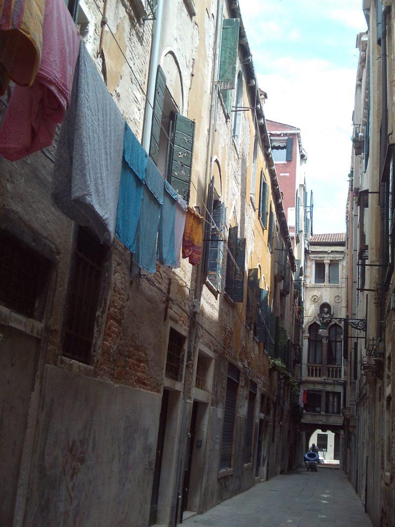 gasse_in_venedig, palazzi, serenissima, mauerwerk, wäscheleinen,