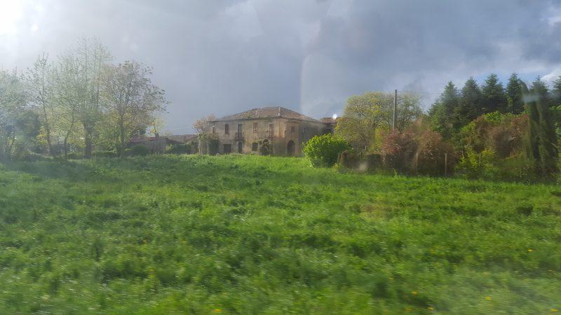 kalabrien, haus, wiese, landschaft, bellaamoremio, italienblog,
